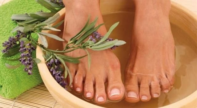 Ngâm chân hạn chế cơn đau cho người bị suy giãn tĩnh mạch chân